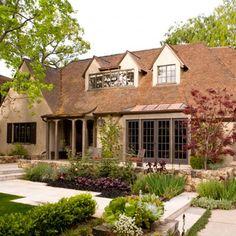 Nowoczesny ogród w stylu angielskim autorstwa pracowni EPTDesign z USA jest położony w pięknej historycznej okolicy wokół domu z 1930 roku. http://www.sztuka-krajobrazu.pl/370/slajdy/projekt-ogrodu-ndash-nowoczesny-styl-angielski