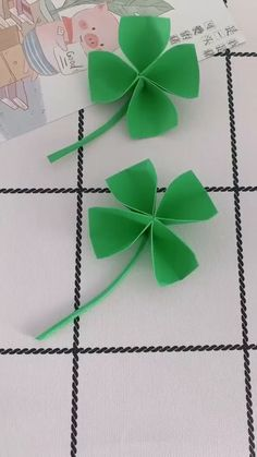 DIY Lucky Four-leaf Clover - Four-leaf Clover, get the best lucky! How about making four-leaf clover to keep all year of lucky? Diy Crafts Hacks, Diy Crafts For Gifts, Diy Home Crafts, Diy Arts And Crafts, Creative Crafts, Diy Projects, Instruções Origami, Paper Crafts Origami, Diy Paper