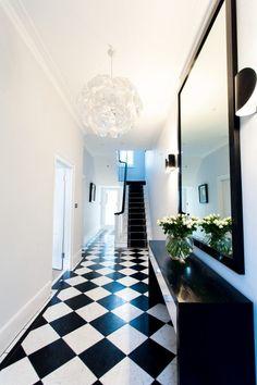 carreaux de sol en damier en noir et blanc, suspension design et miroir…