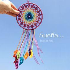 Atrapa sueños tejido a crochet... Lo hicimos en los colores del arcoíris! Paso a paso con video tutorial :) ༺✿ƬⱤღ https://www.pinterest.com/teretegui/✿༻: