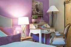 Waldruhe - Bett, Frühstück & ein Lächeln Pink Room, Bed And Breakfast, Room Interior, Corner Desk, Rooms, Interiors, Purple, Furniture, Home Decor