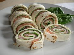 Roulade in vrieskas I Love Food, A Food, Good Food, Food And Drink, Yummy Food, Tortilla Wraps, Tapas, Pesto, Breakfast Wraps