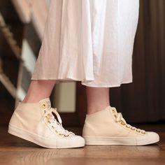 ゴールドのアイレットがおしゃれな一足。ベーシックなデザインだから幅広いスタイリングに着用していただけます。カラーはNATURALとBLACKの2色展開。 【nutsllyナッツリー】 CHAOZU NATURAL EWT-SS3 #nutslly #sneakers #shoes #ナッツリー #スニーカー #シューズ