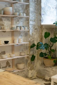 Robynn Storgaard is a Copenhagen based maker and creative working in the world of ceramics. If you've spent any amount of time feeding your interior. Pottery Cafe, Farmhouse Pottery, Pottery Store, Pottery Studio, Slab Pottery, Pottery Mugs, Ceramic Pottery, Art Studio Design, Art Studio At Home