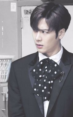 Gosh, I am madly in love with Jackson!! ❤❤ His expression here just kills me!!