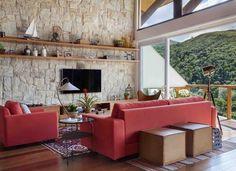 Decoração rústica e tons quentes para morar no clima da serra em Itaipava. Boa reportagem com ilustrações desse ambiente. Casa e Jardim
