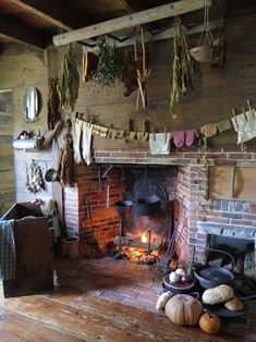 primitive homes decor Primitive Homes, Primitive Fireplace, Primitive Dining Rooms, Old Fireplace, Primitive Kitchen, Country Primitive, Primitive Decor, Kitchen Fireplaces, Rustic Fireplaces
