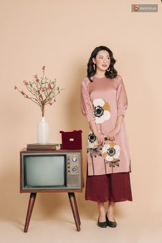 Vietnamese Traditional Dress, Vietnamese Dress, Traditional Dresses, Classy Summer Outfits, Fabric Paint Designs, Kurti Patterns, Studio Setup, Beauty Portrait, Ao Dai