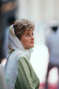 Diana, Princess of Wales in teh Alazhar Mosque, Cairo, Egypt Get premium, high resolution news photos at Getty Images Lady Diana Spencer, Prinz Charles, Prinz William, Princess Diana Fashion, Princess Diana Pictures, Trooping The Colour, Harry Porter, Diane, Wet Look