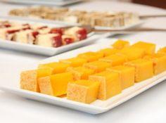 Receita de Bolo de laranja de liquidificador - 3 laranjas-pêra médias sem casca e sem caroços, 4 ovos, ½ xícara (chá) de óleo de canola, 2 xícaras (chá) de açúcar, 3 xícaras (chá) de farinha de trigo, 1 colher (sopa) (cheia) de fermento em pó