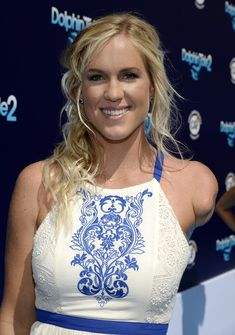 In the biopic Soul Surfer portrayed a Bethany Hamilton returning to surfing after her famous 2003 shark attack, which led to her losing an arm. But now, in the new documentary Bethany Hamilton: Unstoppable, the surfer gets to tell h… Surf Competition, Bethany Hamilton, Netflix Movies To Watch, Professional Surfers, Bionic Woman, Soul Surfer, Bustle, 15 Years, People Like