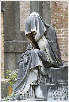 Forever sad - Statue in Verano Monumental Cemetery (Rome, Italy) Cemetery Angels, Cemetery Statues, Cemetery Headstones, Old Cemeteries, Cemetery Art, Graveyards, Tattoo Religion, Statue Ange, La Danse Macabre