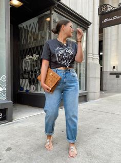 Graphic Tee Style, Graphic Tee Outfits, Curvy Girl Outfits, Cute Casual Outfits, Mom Jeans Outfit, Look Plus Size, Mode Plus, Spring Outfits, Outfit Summer