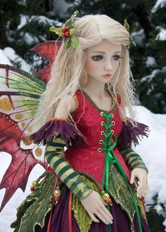 Holly doll. These were the first ball jointed dolls I found in the net. They fascinated me! The artist Martha Boers creates wonderful world of fantasy, legendary,historical characters. Costumes are stunning!