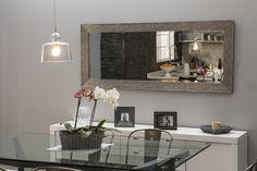 Un amplio espejo horizontal le da más espacio a tu comedor.