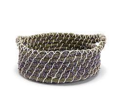 Großer Deko-Korb aus getrocknetem Lavendel und Gräsern, im oststeirischen Hügelland geerntet und von Hand gebunden – jetzt bei Servus am Marktplatz kaufen. Traditional Baskets, Pine Needle Baskets, Pine Needles, Kraut, Basket Weaving, Cuff Bracelets, Belt, Provence, Farming
