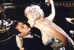 "http://www.associazioneclaramaffei.org/claraCMS/front/sezione/low/CINEMA/attualita/TonyCurtis52.jpg                       Tony Curtis e Marilyn Monroe in   ""A qualcuno piace caldo"""
