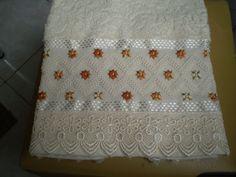 Marca: Karsten, 99% algodão e 1% viscose <br>Medida: 50 x 80cm <br>Cor: creme canelada) <br>Trabalho: ponto reto e pérola dentro das florzinhas. <br>O bordado pode ser feito na cor que o cliente desejar. <br>Cores de toalha que trabalho;branca e creme.