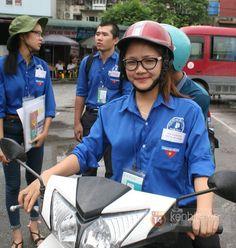 Là sinh viên năm 3 ĐH Luật Hà Nội và cũng là 1 trong 40 thành viên của đội xe ôm miễn phí chở thí sinh, phụ huynh đến điểm thi, Trịnh Thị Thu (SN 1993) khiến nhiều người ấn tượng vì vẻ xinh xắn, đáng yêu.