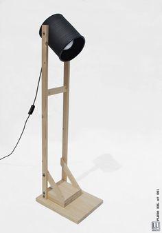 Lámpara de pié , hecha a mano, color negro mate y madera de pino... ECO-friendly: reciclada de latas de aceitunas !