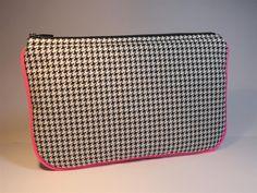 pochette plate coton pied de poule noir et blanc gansé rose fluo : Trousses par mademoiselle-rose