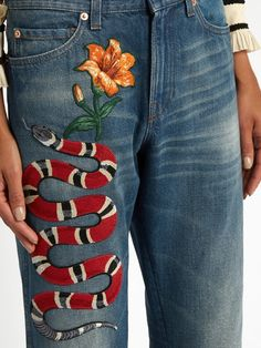 For many, finding the perfect pair of jeans becomes a quest. Jeans are not all made the same, and since there are many styles to choose from, it can be dif Painted Jeans, Painted Clothes, Gucci Jeans, Costura Diy, Jeans Straight, Outfit Jeans, Embroidered Jeans, Trends, Mode Inspiration