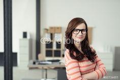 """Pobierz zdjęcie royalty free  """"selbstbewusste junge frau steht im büro"""" autorstwa contrastwerkstatt w najniższej cenie na Fotolia.com. Przeglądaj naszą bazę tanich obrazów online i odnajdź doskonałe zdjęcie stockowe do Twoich projektów reklamowych!"""