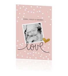 Dit staande geboortekaartje voor een meisje is zo tof! De confetti op de pastelkleurige achtergrond, in combinatie met de leuke typografie is heel lief! Een mooie gouden detail en een foto, dit kaartje is helemaal compleet.