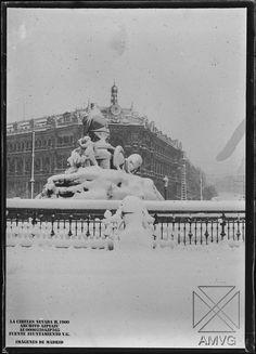 Aquellas nevadas madrileñas...      Personas caminando por la calle de Alcala a la altura del, entonces,Ministerio de la Guerra, hoy Cuartel...
