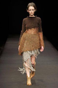 Un côté rustique, presque préhistorique, que j'aime... On pourrait croire que cette robe est faite de peaux de bêtes...
