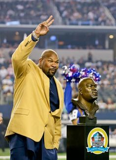 Dallas Cowboys Hall of Fame Inductee Larry Allen acknowledges the crowd as he accepts his Hall of Fame ring at halftime. (Tim Sharp/AP)
