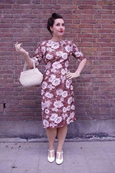 Prachtige eind jaren 50 / begin 60 vintage jurk van katoen met prachtrige bloemenprint. Uitgesneden V-neck lijn op de rug, boothals en halve mouwtjes. De jurk sluit met een rits aan de achterzijde en is te op maat te tailleren met twee koordjes die aan de jurk bevestigd zijn.
