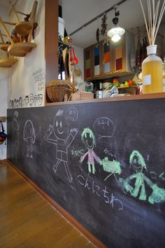キッチン下に取り付けた黒板。子供の絵がインテリアの一部に