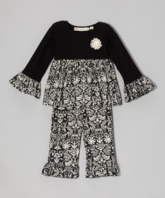 Adorable and effortless, this tunic shows off a stylish damask print with ruffled sleeves and a crocheted rosette. The matching ruffled pants complement the top and ensure total comfort thanks to their stretchy fabric and elastic waistband.