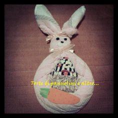 Coniglietta con asciugamano rosa e cupcake con calzini...