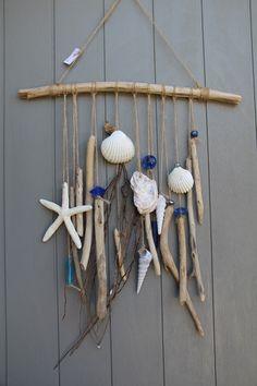 Mobile esprit bord de mer avec morceaux bois flottés, étoile de mer, coquillages, diverses jolies perles bleues : Accessoires de maison par dec-au-naturel