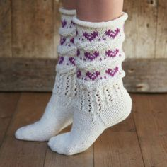 Hjertefin (Fjord/Ask) - oppskrift Crochet Socks, Knitting Socks, Baby Knitting, Knit Crochet, Norwegian Knitting, Cute Socks, Slipper Socks, Knitting Accessories, Women Accessories
