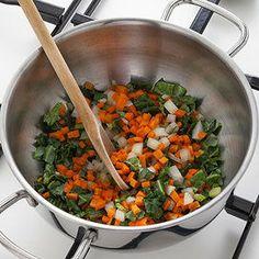 Una calda zuppa invernale, nutriente e gustosa: farro legumi e cavolo