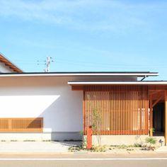 こちらで世界中の素敵な建築デザインをご覧になれます。最新のバウハウススタイルのモダンハウスから日本の平屋家屋まで充実した情報を発信! Modern Japanese Architecture, Art And Architecture, One Story Homes, Story House, Terrace, Garden Design, Villa, Home And Garden, Exterior