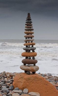 Cool DIY Ideas to do at the Beach | Stack Pebbles by DIY Ready at http://diyready.com/things-to-do-at-the-beach/