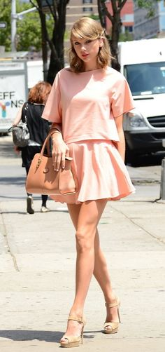 30 Times Taylor Swift Styled the Perfect Summer Outfit girlie style 30 Times Taylor Swift Styled the Perfect Outfit European Street Style, New York Street Style, Street Style Trends, Street Style Summer, Taylor Swift New York, Style Taylor Swift, Taylor Alison Swift, Taylor Swift Fashion, Taylor Swift Outfits