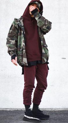 Look masculino com cor bordô e camuflado