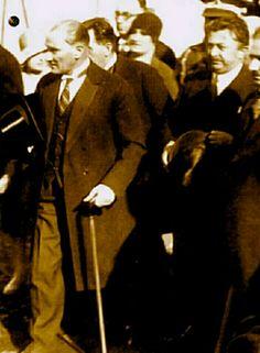 Biz sana Atatürk demişiz, Türk'ün atası,Varmı bundan ötesi, Bundan yücesi, Cihan'ı titreten Türk'ün atası, En kahraman ordunun, En yüce komutanı, Ne mutlu bize, Ne mutlu Türk'e Çok şükür Allah'a, Senin gibi birini, Yolladı bu millete.
