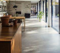 1-un-joli-sol-en-béton-ciré-gris-pour-le-salon-contemporain-avec-un-intérieur-gris-et-portes-coulissantes