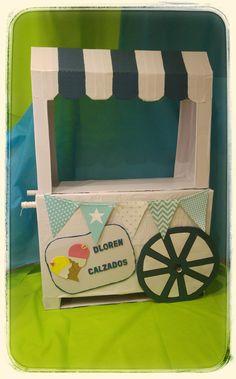 Carrito de helados realizado con cartón. Ideal como complemento de decoración. Nosotros lo utilizaremos para nuestro escaparate, pero también lo puedes usar en mesas dulces.