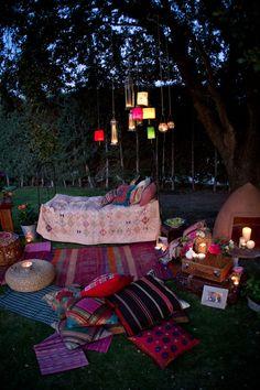 Moroccan lanterns and lounge. Sonho com fotos em um ambiente assim!!!!