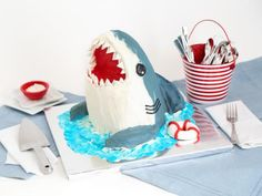 How to Make a Showstopping Shark Cake How to Make a Shark Cake : Food Network Shark Week Drinks, Shark Snacks, Beach Theme Desserts, Beach Dessert, Shark Cupcakes, Shark Cookies, Shark Cake Pops, Easy Snacks For Kids, Cute Snacks