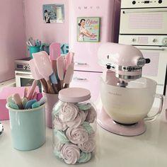 Spreadyourwings Xangelrose My Pink Kitchen with Pink Kitchen Appliances Cocina Shabby Chic, Shabby Chic Kitchen, Shabby Chic Decor, Bakery Kitchen, Home Bakery, Kitchen Decor, Baking Station, Pastel Kitchen, Aqua Kitchen