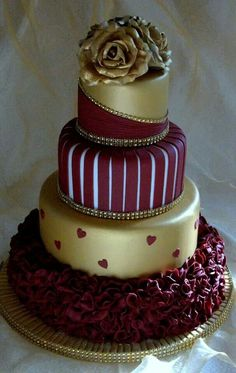 Gold Wedding Cakes Gold and burgundy wedding cake with ruffles and roses. Beautiful Wedding Cakes, Gorgeous Cakes, Pretty Cakes, Cute Cakes, Amazing Cakes, Cake Wedding, Wedding Cupcakes, Decors Pate A Sucre, Gold And Burgundy Wedding