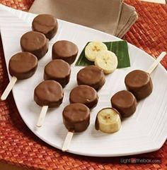 Banaan met chocola op een stokje. Pel de banaan en leg het een half uurtje in de vriezer. Dan zijn ze stevig. Smelt intussen de chocola. Snijd de banaan in de gewenste vorm, rijg het aan een stokje en dompel het in de chocola. Laat opstijven op een bakpapier.